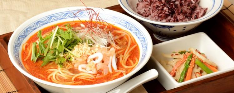 期間限定の「担々麺風スープパスタ」です。古代米のご飯と、日替わりのおかず付き。